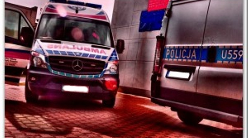 Tragedia! Nie żyje 19-letnia dziewczyna! 18-letni kierowca Mercedesa stracił panowanie nad pojazdem, dachował na przydrożnym polu