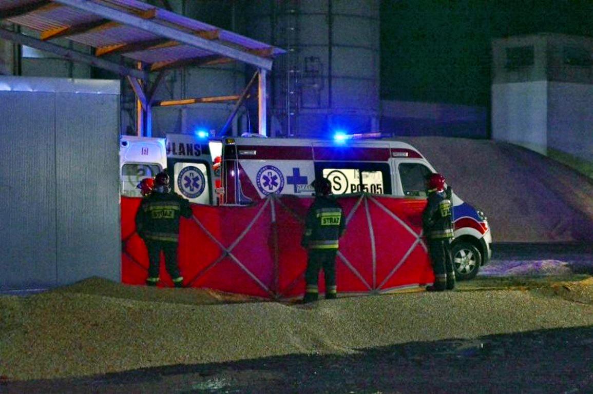 Tragedia w Wonieściu. Nie żyje mężczyzna przysypany zbożem. Na miejscu zjawiło się 15 wozów straży pożarnej w sile ponad 70 ratowników. [AKTUALIZACJA]
