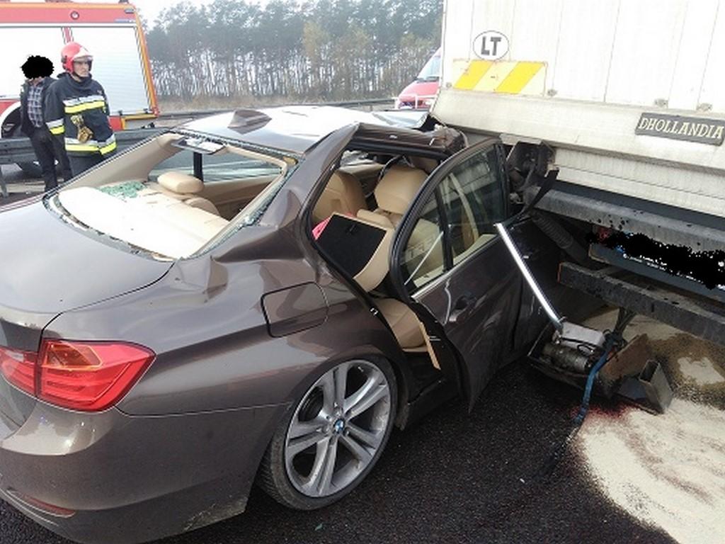 BMW 320 kontra ciężarowy DAF na autostradzie A2