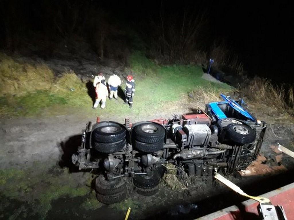 Ciężarówka spadła z mostu do rzeki ! Nie żyje kierowca ! Zarzuty dla kierowcy BMW za wypadek ciężarówki