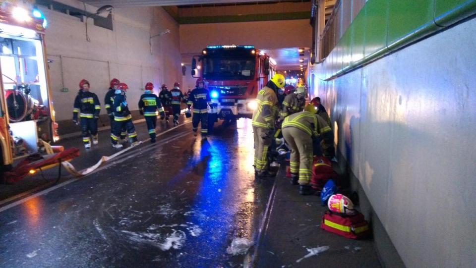 Poważny wypadek w tunelu  - trzask, ogromny huk i nagle wewnątrz tunelu pojawiło się pełno dymu.