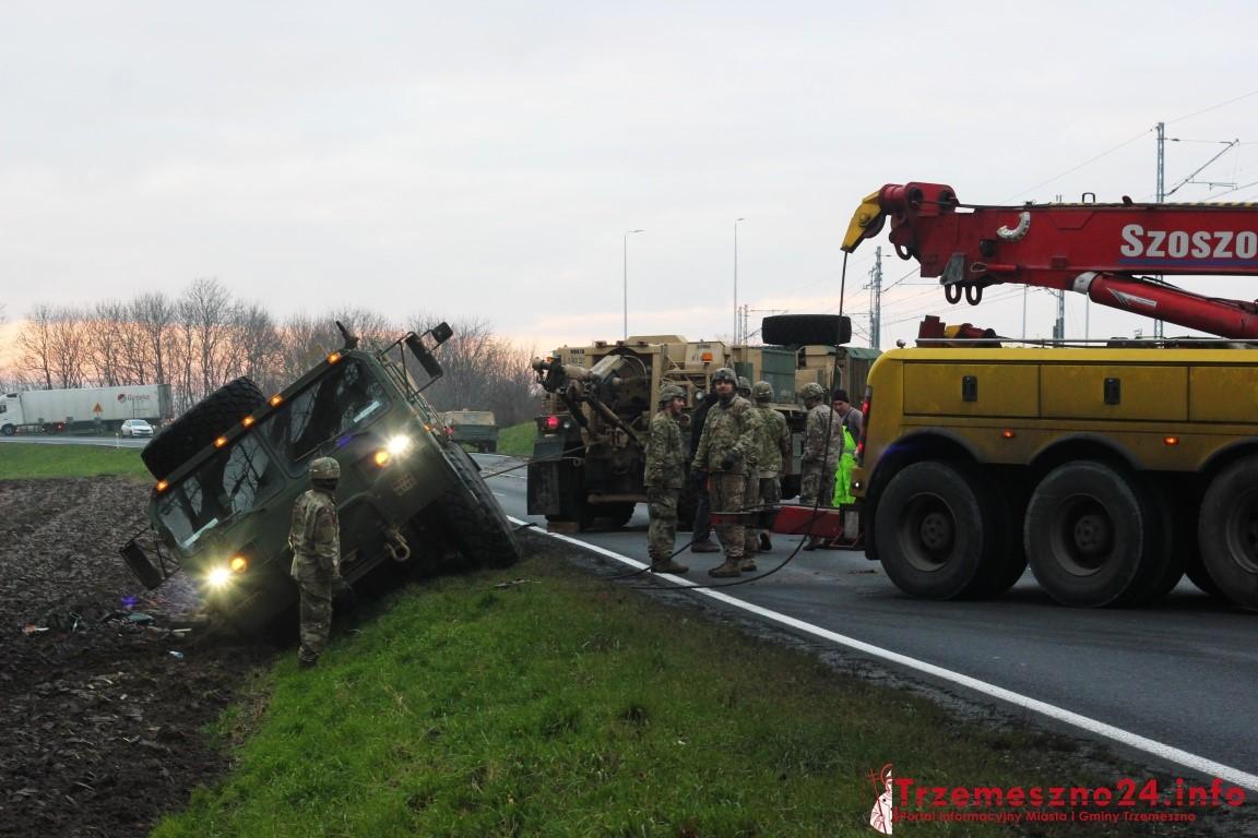 Ciężkie pojazdy wojsk USA w rowie ! Pomoc również ugrzęzła, ruch na drodze był zablokowany [ZDJĘCIA, FILM]