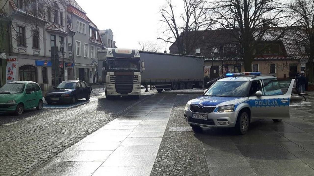 TIR-em zablokował Rynek. Mężczyzna ze względu na gabaryty auta nie mógł wyjechać z centrum miasta.