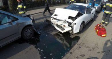 Czołowe zderzenie dwóch samochodów osobowych ! Poszkodowana osoba trafiła do szpitala. Auta poważnie rozbite