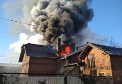 Potężny pożar budynku mieszkalnego ! Olbrzymie niebezpieczeństwo . W działaniach gaśniczych udział brało 7zastępów straży pożarnej