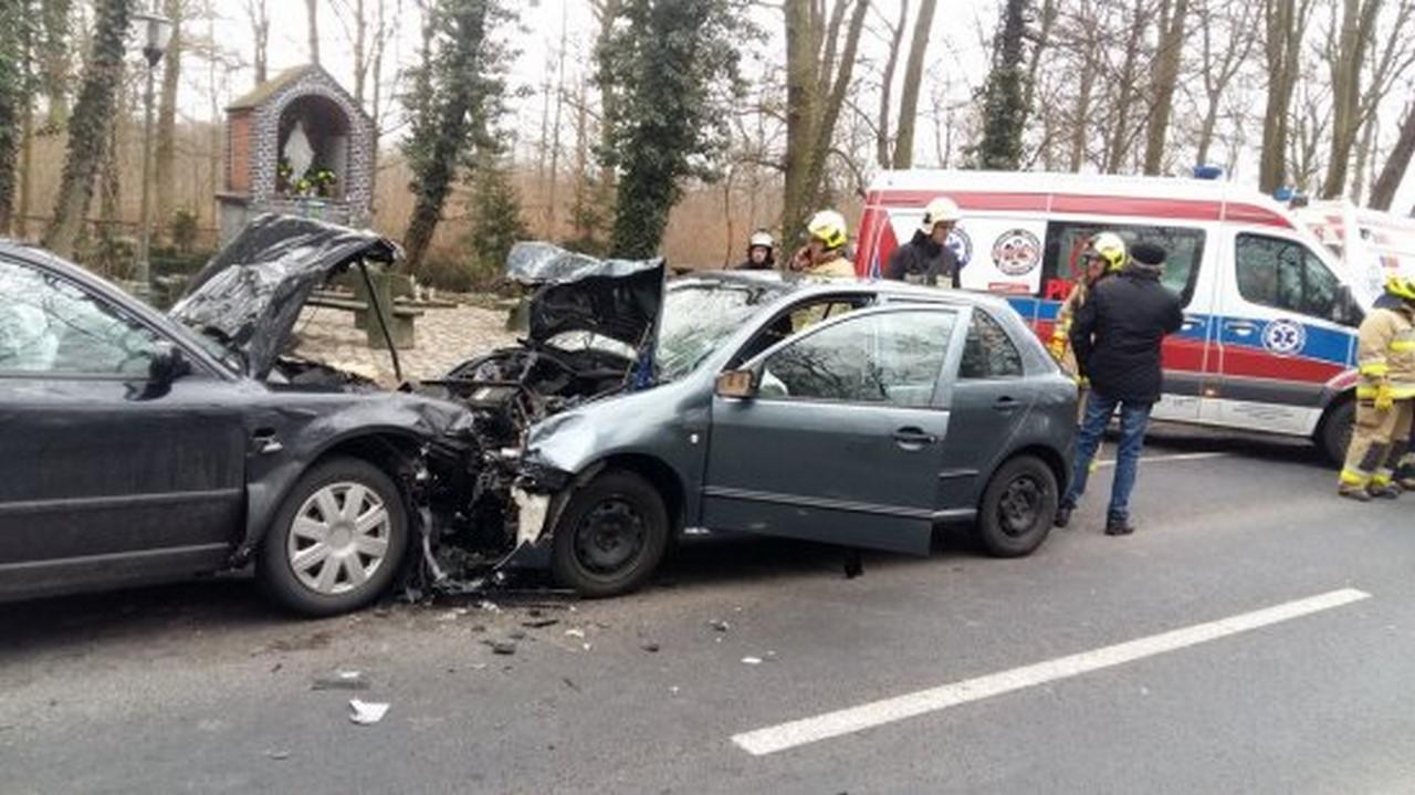 Nowy Tomyśl - Czołowe zderzenie dwóch samochodów osobowych