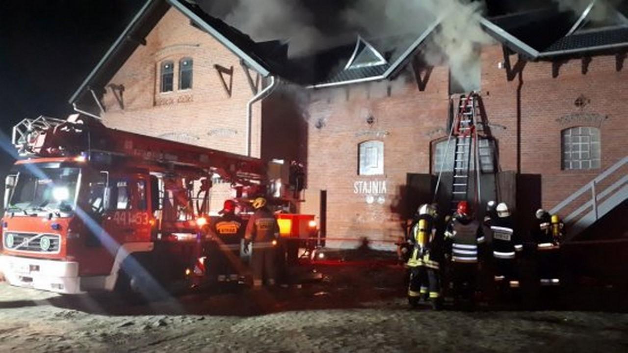 Olbrzymi pożar w zabytkowym Folwarku w Wąsowie - AKTUALIZACJA [ZDJĘCIA, FILM]