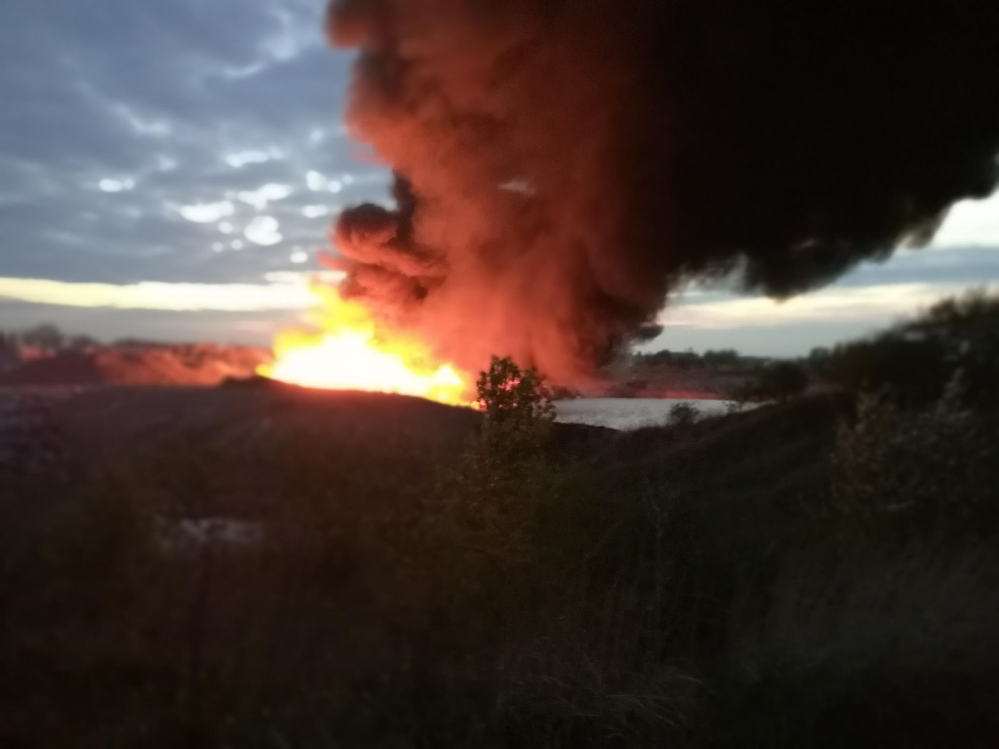 Uwaga ! Olbrzymi pożar składowiska śmieci. Zagrożenie dla mieszkańców - KOMUNIKAT [ZDJĘCIA, FILM]