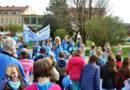 """Nowy Tomyśl: Uczniowie """"trójki"""" przyłączyli się do obchodów Światowego Dnia Świadomości Autyzmu. Niebieski marsz ulicami miasta [ZDJĘCIA]"""