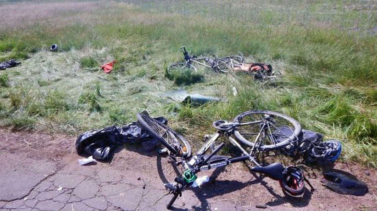 Bardzo groźne zderzenie motocyklisty z rowerzystami ! Na miejscu śmigłowiec LPR. Ranni przetransportowani do szpitala.