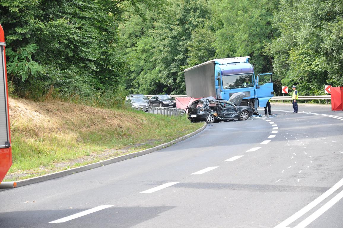 Tragedia ! Nie żyje 27-letni kierowca golfa, który zderzył się z pojazdem ciężarowym.