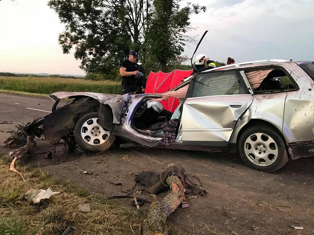 Tragedia na drodze... Olbrzymia siła uderzenia, drzewo wyrwane z korzeniami, części auta rozrzucone na dystansie 50 metrów.