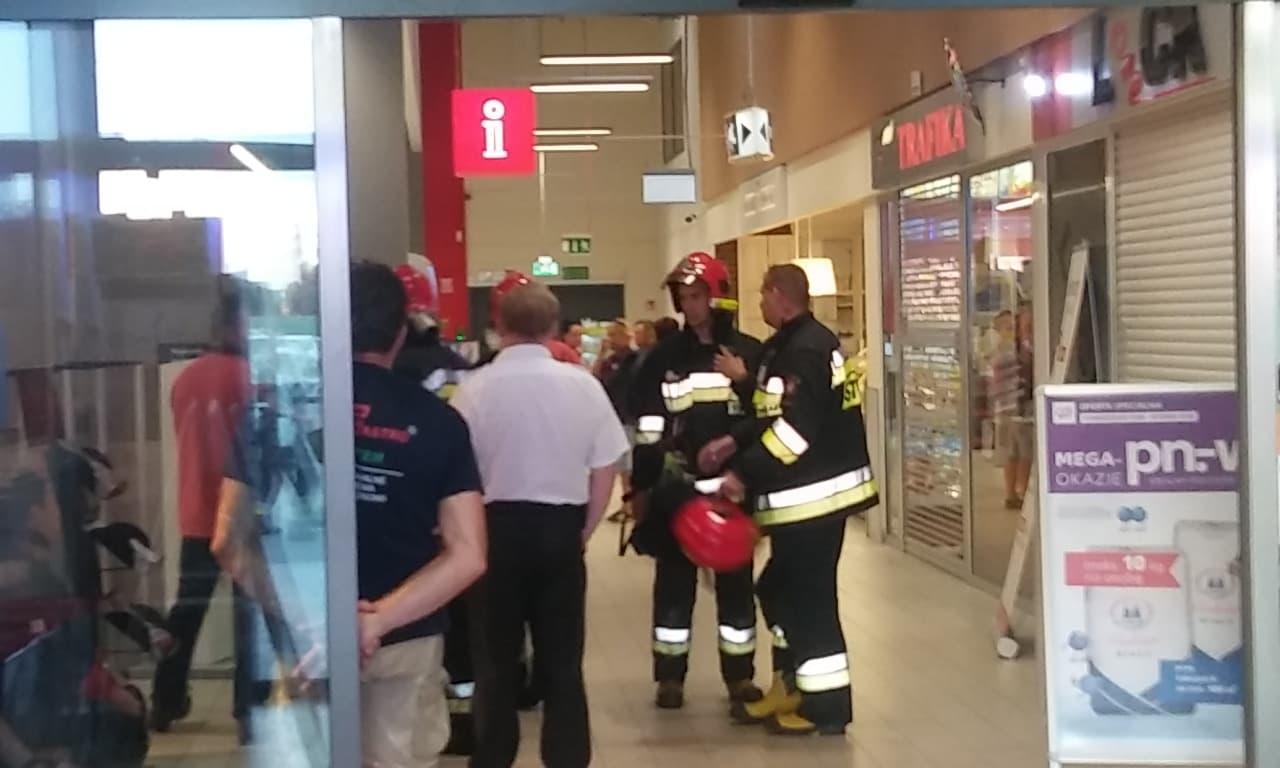 Nowy Tomyśl : Ewakuacja jednego z marketów przy ul. Kolejowej [ZDJĘCIA, FILM]