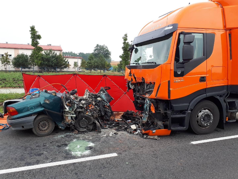 Tragiczne zderzenie Opla z ciężarowym Iveco ! Nie żyje 28-letni mężczyzna