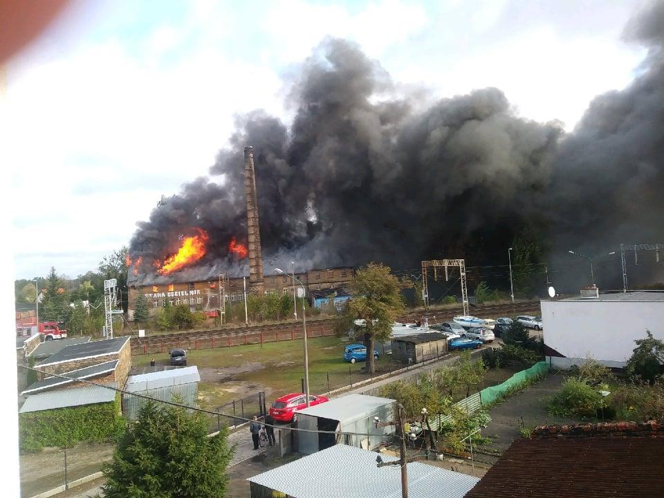 Zbąszyń: Potężny pożar starej cegielni - AKTUALIZACJA [ZDJĘCIA, FILM]