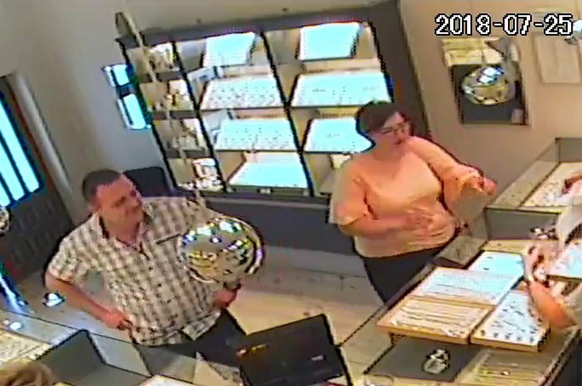 Uwaga ! Rozpoznajesz te osoby? Zuchwała kradzież złota u jubilera ! [ZDJĘCIA, FILM]