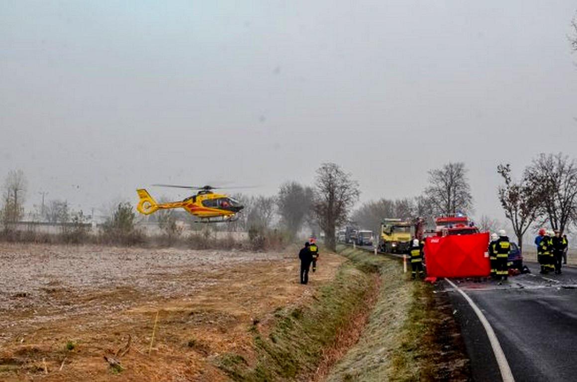 Bardzo groźny wypadek nadrodze krajowej nr 15 ! Zderzenie auta osobowego z ciężarówką ! Na miejscu śmigłowiec LPR