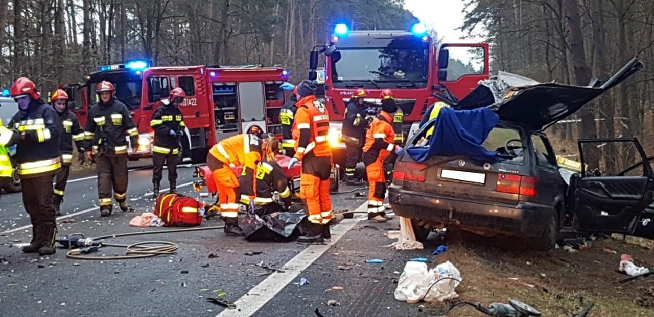 Tragiczny wypadek na drodze krajowej ! Zderzenie auta osobowego z ciężarówką. 22-letni kierowca passata zginął na miejscu.