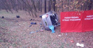 Tragedia ! Na drodze krajowej K92 zderzyły się dwa samochody osobowe ! Nie żyje pasażerka Peugeota.
