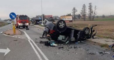 Bardzo groźne zderzenie trzech aut nadrodze wojewódzkiej. Droga była całkowicie zablokowana.