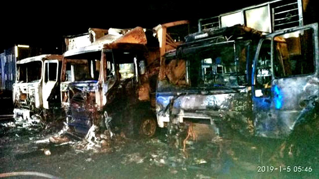 Potężny pożar samochodów ciężarowych ! Auta doszczętnie spłonęły ! Olbrzymie straty !
