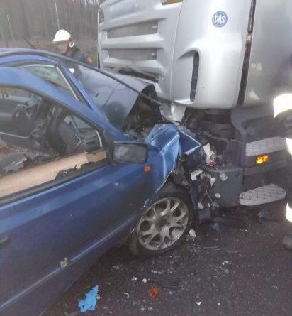 Bardzo groźny Wypadek na Drodze Powiatowej. Czołowe zderzenie ciężarówki z autem osobowym