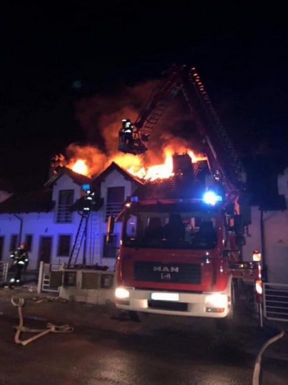Potężny pożar szeregowca ! Akcja straży pożarnej trwała blisko 7godzin