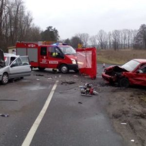 Śmiertelny wypadek na trasie K-11! Zderzenie dwóch aut osobowych i ciężarówki. Droga całkowicie zablokowana