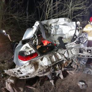 Tragedia! Kompletnie rozbity Mercedes. Nie żyją 31 i 24 letni pasażerowie auta [AKTUALIZACJA]