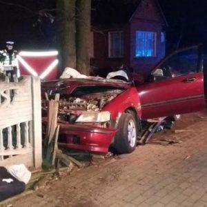 Śmiertelny wypadek! Honda Civic uderzyła w drzewo. Nie żyją dwie osoby! Trzech poszkodowanych w szpitalu.