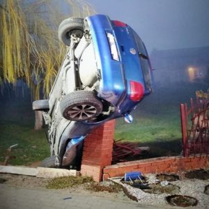 Bardzo niebezpieczny wypadek Volkswagena! Tu można mówić o cudzie... [ZDJĘCIA]
