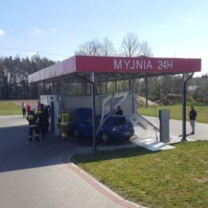 Nowy Tomyśl - Uderzony w tył pojazd uszkodził auto myjnię