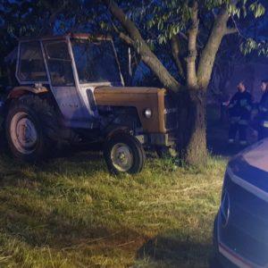Tragiczny wypadek! Traktor uderzył w drzewo! Nie żyje kobieta