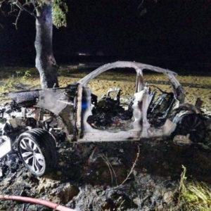 Tragedia! Nie żyją dwie młode osoby! Spłonęły w rozbitym aucie - AKTUALIZACJA [FILM]