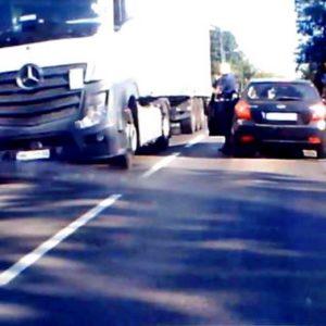 Nowy Tomyśl: Ciężarówka niszczy znaki przy rondzie! Kierowca nie zatrzymuje się na wezwanie policjanta! [FILM]