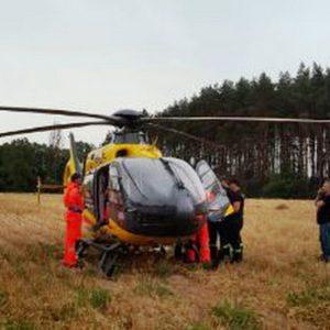 Nieszczęśliwy wypadek! Chłopiec wypadł z ciągnika rolniczego podczas prasowania słomy. Na miejscu śmigłowiec LPR