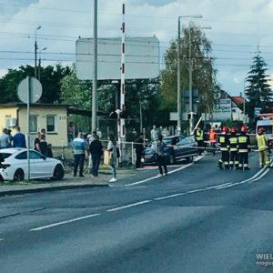 PILNE: Bardzo groźny wypadek na przejeździe kolejowym! Na miejscu śmigłowiec LPR. Ciężko ranni [ZDJĘCIA, FILM]