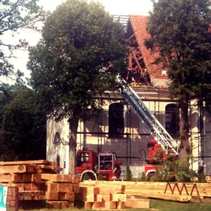 Nowy Tomyśl - Bardzo groźny wypadek w trakcie remontu dachu kościoła! Na miejscu śmigłowiec LPR
