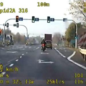 MOTOCYKLISTA NIE ZATRZYMAŁ SIĘ DO KONTROLI! 37-latek postanowił podjąć próbę ucieczki przed policjantami [FILM]