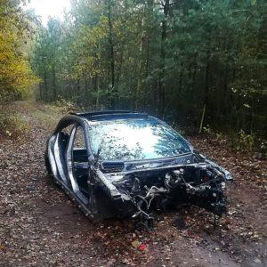 Zatrzymani na gorącym uczynku! Rozkręcali w lesie limitowanego mercedesa AMG.