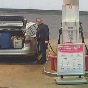 Uwaga! SZUKA CIĘ GWIAZDOR! Mężczyzna jest podejrzany o kradzież paliwa na stacji paliw. Policja ma dla niego niespodziankę