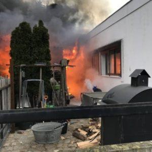 Potężny pożar budynku mieszkalnego, ucierpiała rodzina strażaka