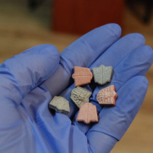 Wpadli podczas kontroli drogowej! Czterech młodych mężczyzn odpowie za posiadanie oraz handel narkotykami.