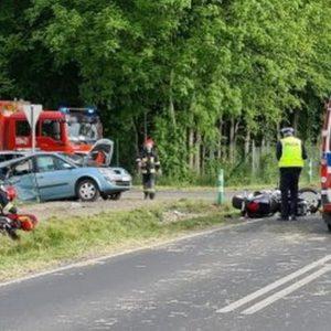 Groźny  wypadek drogowy, poszkodowany motocyklista. Na miejscu śmigłowiec LPR.