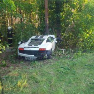 Lamborghini Gallardo i Ford Fiesta rozbite na przydrożnych drzewach