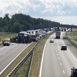 Bardzo groźne zderzenie trzech pojazdów na autostradzie A2