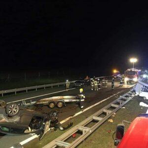 Uwaga! Groźny wypadek na A2. Jedno z aut dachowało