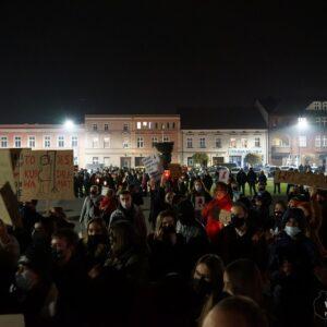 Nowy Tomyśl: Według Policji w proteście Kobiet udział wzięło 800 osób [ZDJĘCIA, FILM]
