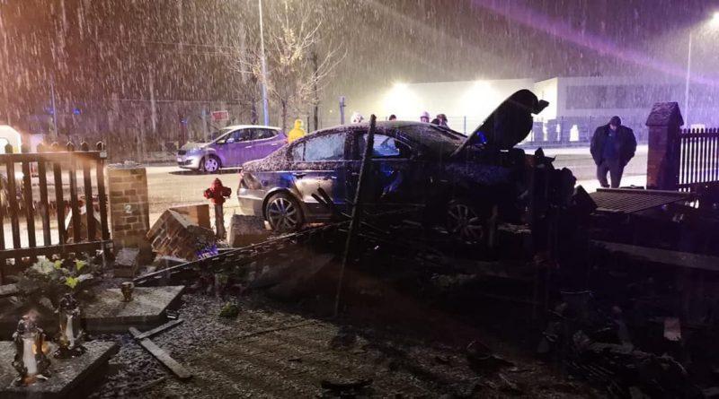 Pijany obywatel Ukrainy, wjechał autem w ogrodzenie cmentarza. Uszkodził dziewięć nagrobków.
