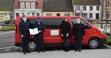 POWIAT NOWOTOMYSKI: Przekazanie auta do przewozu osób z niepełnosprawnościami
